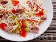Салата с оризови спагети, риба тон и чери домати